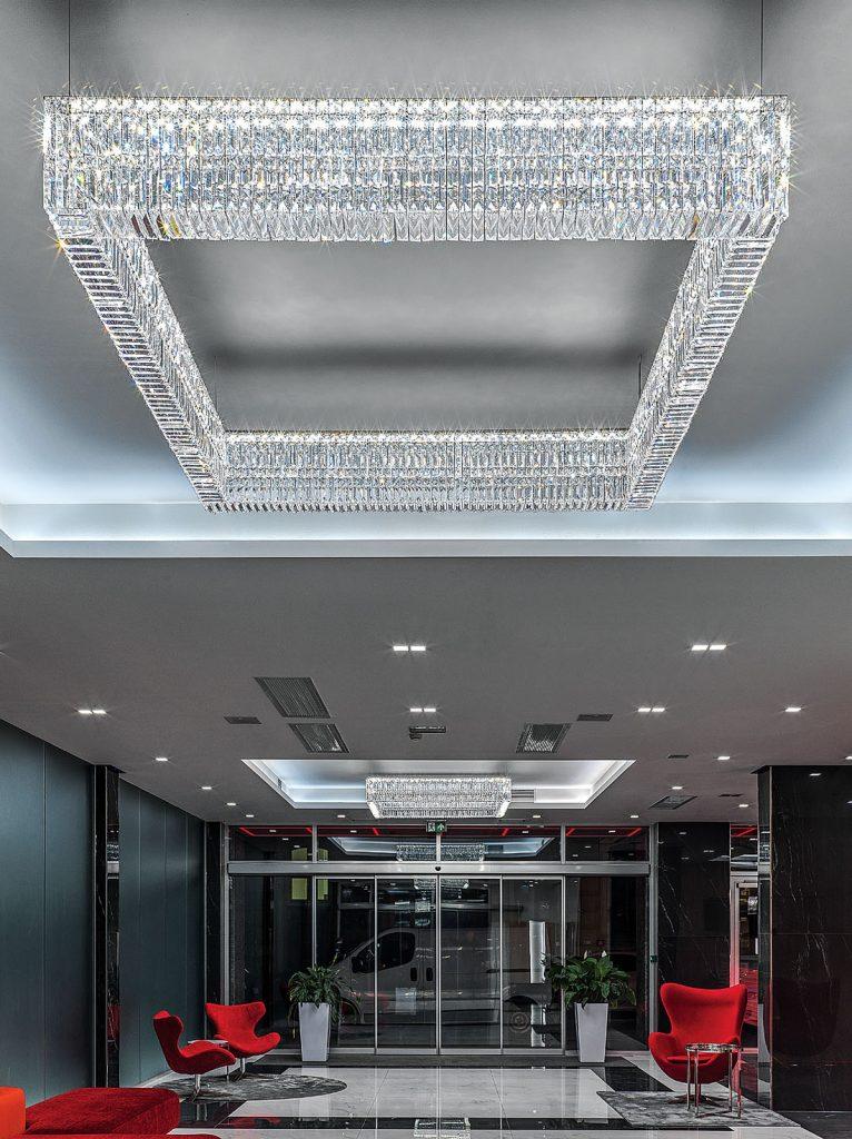 Sok száz prizma alakú kristályt világít meg a LED rendszer