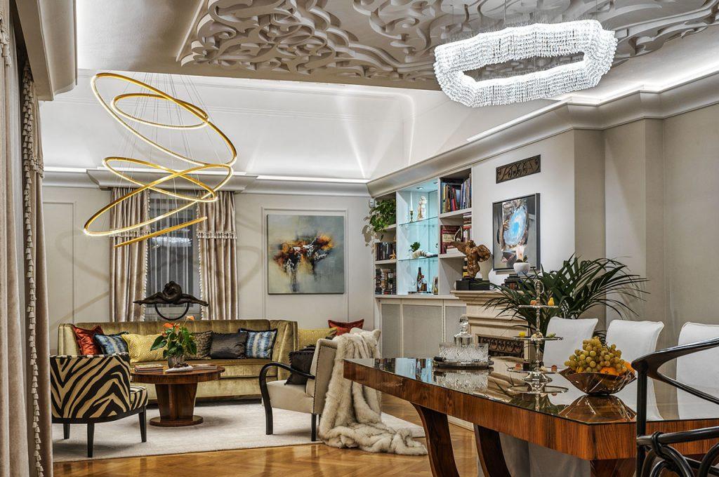 Világító karikák és modern kristálycsillár találkozása a nappaliban